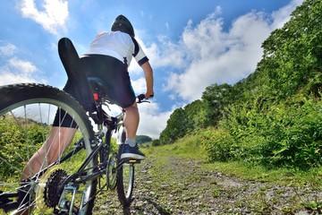 初秋の山道をマウンテンバイクで走る