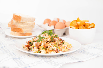 Scrambled eggs with chanterelle and parsley