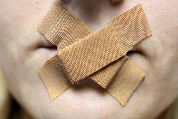 Verschlossener Mund als Symbolbild für Zensur und Einschränkung von Meinungsfreiheit