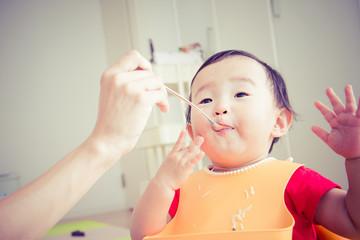 食事をしているかわいい赤ちゃん