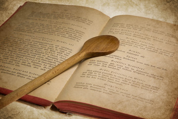 Altes Kochbuch mit Kochlöffel