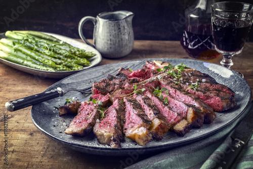 wagyu t bone steak mit gr nen spargel auf teller. Black Bedroom Furniture Sets. Home Design Ideas