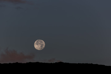 Mondaufgang über dem Kraterrand
