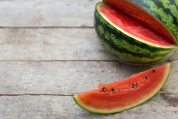 wassermelone auf holztisch