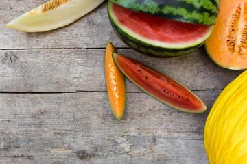 verschiedene melonen auf holztisch