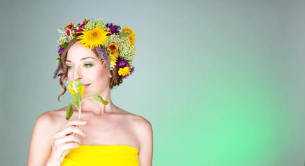 Молодая женщина в венке с живых цветов.