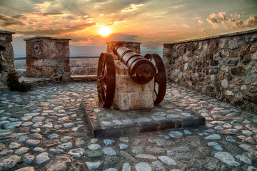 Foto auf Leinwand Befestigung old cannon at fortress in sunset light in prizren city