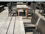 rustikale holztische eines restaurants an der. Black Bedroom Furniture Sets. Home Design Ideas