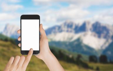 Smartphone in mano fotografa paesaggio montagna