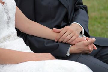 Braut und Bräutigam halt die Hände vor dem Standesamt