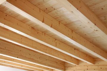 Holzdecke mit offener Balkenlage im Haus
