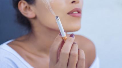Frau hält eine Zigarette (close-up)