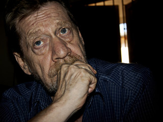 Uomo anziano, pensieri, tristezza e depressione.