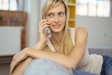 junge frau telefoniert zu hause mit ihrem handy