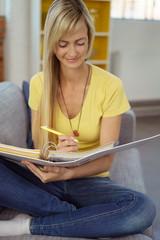 junge frau lernt zuhause auf dem sofa