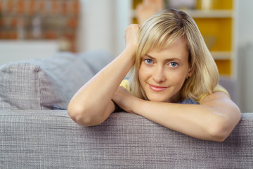 moderne junge frau auf ihrem sofa zu hause