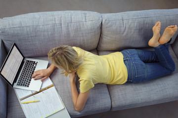 studentin lernt zuhause auf dem sofa