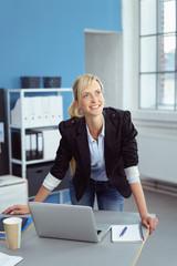 junge, dynamische geschäftsfrau am arbeitsplatz