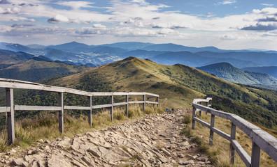 Fototapeta premium Górski kamienny szlak w Bieszczadach, nieopodal Wetlina