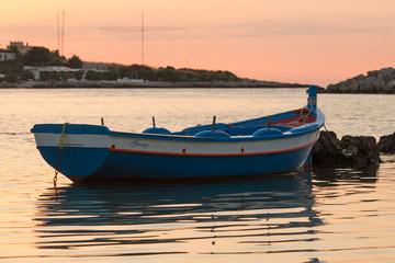 Vecchia barca da pesca e tramonto sul mare