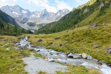 Spoed Fotobehang Pistache Wildbach von einem Gletscher in den Alpen