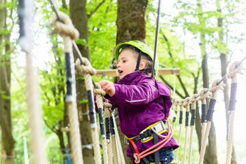 Mädchen klettert im Hochseilgarten