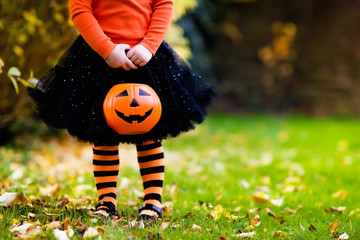 Little girl having fun on Halloween trick or treat Fotoväggar