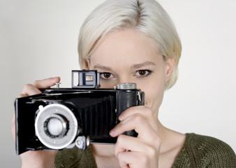 junge Frau mit alter Kamera