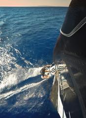 Windsurfing im Meer. Perspektive von oben am Segel Richtung Surfer.