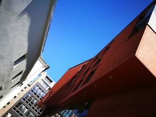 Strahlend blauer Himmel über modernen Büros und Verwaltungsgebäuden in Münster in Westfalen