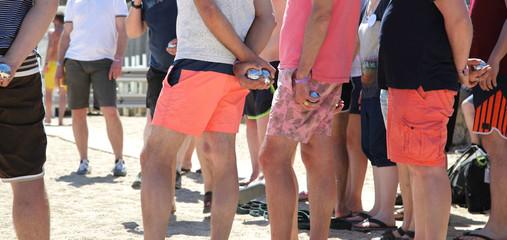 Persone in spiaggia che giocano a bocce