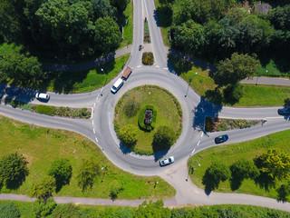 Kreisverkehr aus der Vogelperspektive mit Drohne aufgenommen