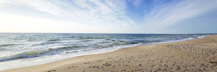 Wall Mural - Urlaub am Meer - Sandstrand und Wellenrauschen - Banner / Panoroma