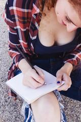 Estudiante universitaria tomando notas en un cuaderno