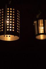 два светильника на тёмном фоне
