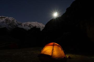 Tuinposter Noorderlicht camping under a full moon in the Cordillera Blanca