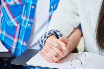 Verliebte Teenager sitzen Hand in Hand