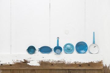 Kleine blaue Blech Email Miniaturen. Töpfe und Pfannen aus Blech auf Holz Hintergrund weiß als Dekoration.