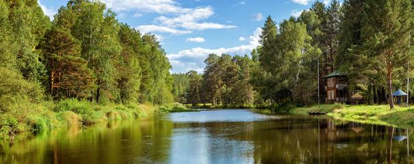 летний пейзаж на Уральской реке Иртыш с двухэтажным домом на берегу, Россия