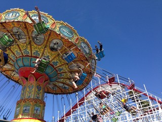 Giostre colorate al parco divertimenti