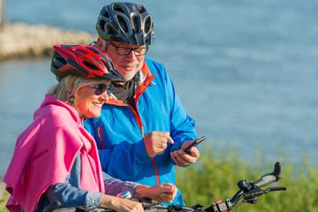 paar speichert eine fahrradroute auf dem mobiltelefon