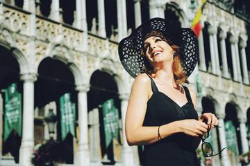 jolie femme brune style années 1960 heureuse visitant la grand place de Bruxelles