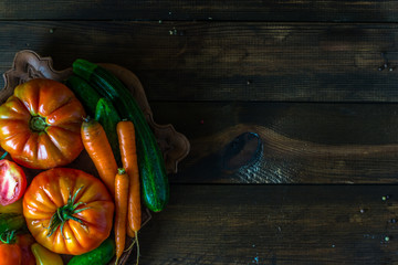 Warzywa na drewnianym tle