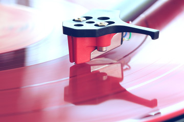 Tonabnehmer auf roter Schallplatte