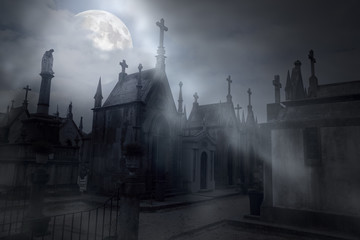 Photo sur Aluminium Cimetiere Cemetery in a foggy full moon night