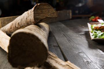 Tronchi di legno con dettaglio piatto composto.
