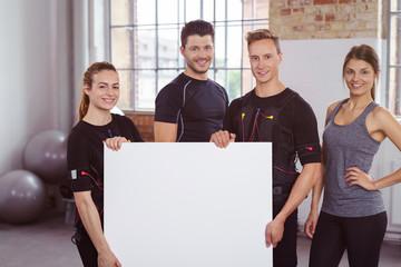 sportler und trainer beim ems-training mit einem plakat