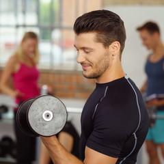 workout mit kurzhanteln im fitnessstudio