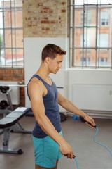 mann trainiert ausdauer mit einem springseil