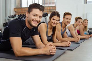 sportler beim fitness-kurs